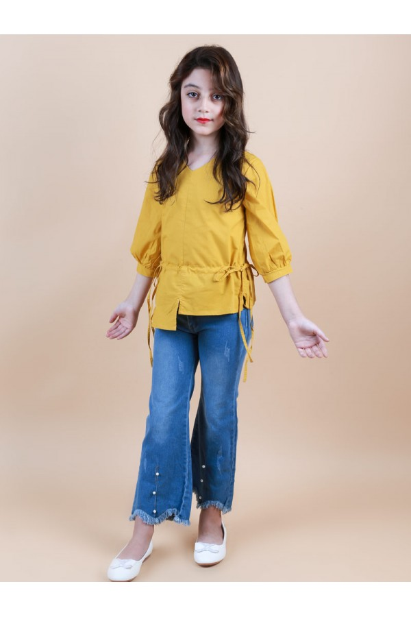 بنطلون جينز مع بلوزة بأكمام متوسطة الطول