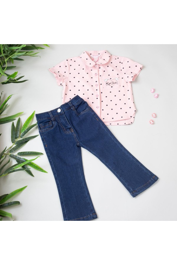 قميص منقط بياقة وأزرار مع بنطلون جينز