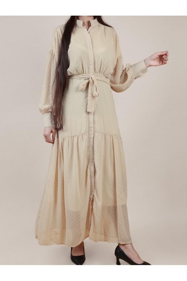 فستان طويل بارز الملمس بياقة عالية وحزام ربط