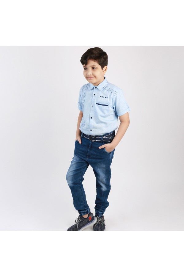 طقم بنطلون جينز بأطراف مطاطية مع قميص بأكمام قصيرة