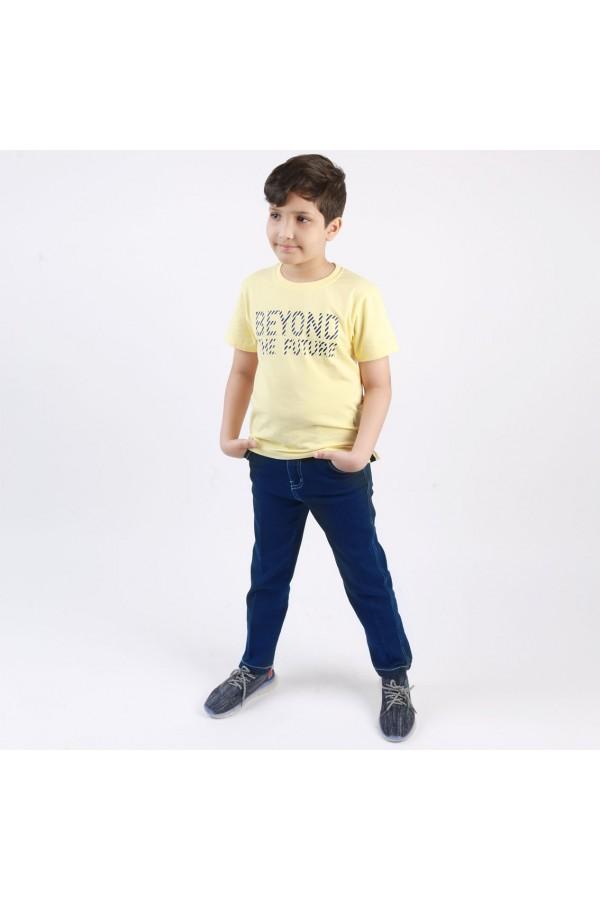 بنطلون جينز مع حزام وتيشيرت بطبعات كتابة